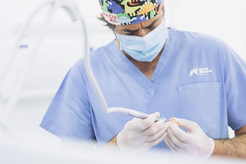 Imagen del odontologo preparando las herramientas