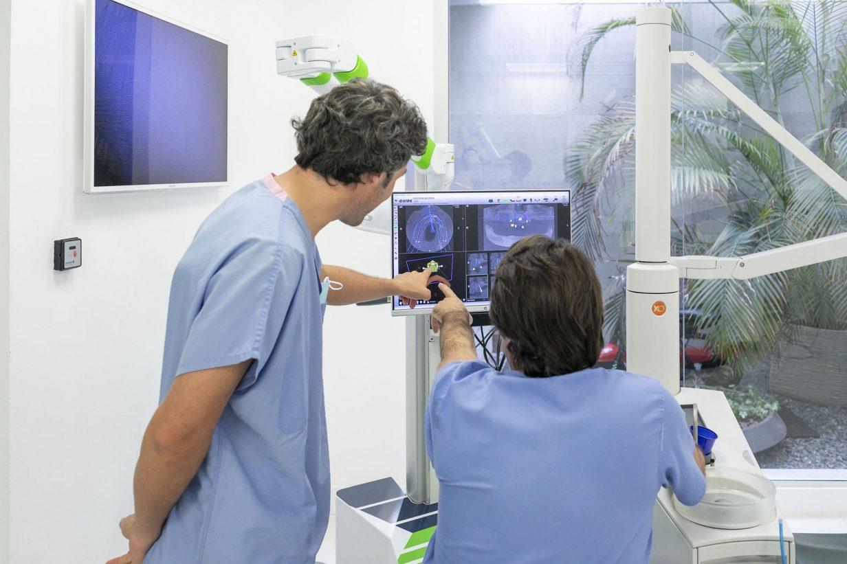 foto profesionales viendo una radiografia